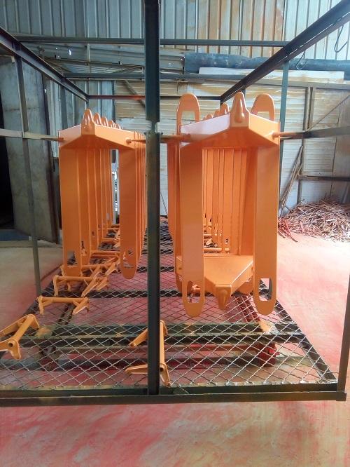 液压手动地牛生产喷漆环节--河北东圣吊索具制造有限公司--小型搅拌机|石材夹具|手动叉车|液压堆高车