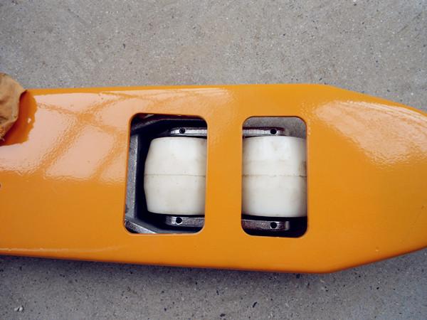 叉车产品细节处实拍-河北东圣吊索具制造有限公司-石材夹具_小型搅拌机_手动叉车_液压堆高车