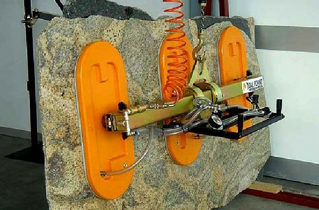 石材大板夹使用现场作业拍摄--河北东圣吊索具制造有限公司--小型搅拌机|石材夹具|液压堆高车|手动叉车