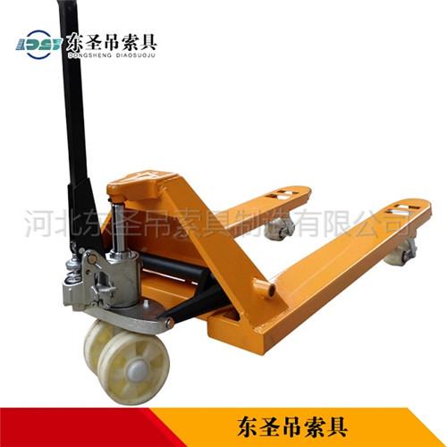 手动升高叉车产品背面展示--河北东圣吊索具制造有限公司--小型搅拌机|石材夹具|液压堆高车|手动叉车