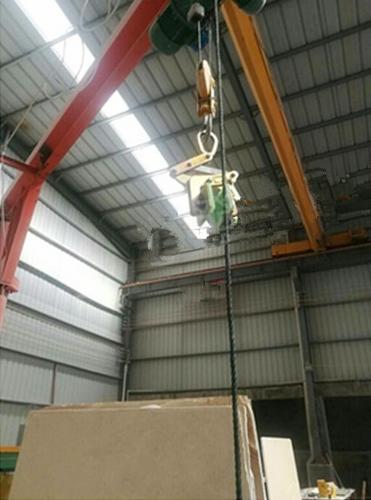 大板夹与卷扬机配合使用吊装板材原料--河北东圣吊索具制造有限公司
