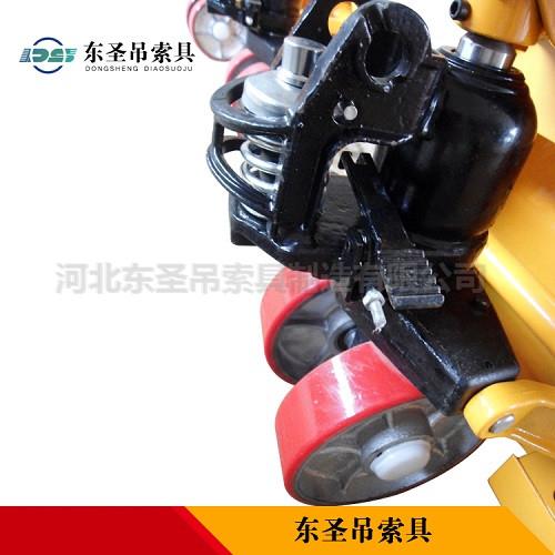 手动升高叉车液压缸控制部位细节展示--河北东圣吊索具制造有限公司--小型搅拌机|手动叉车|液压堆高车|手动叉车