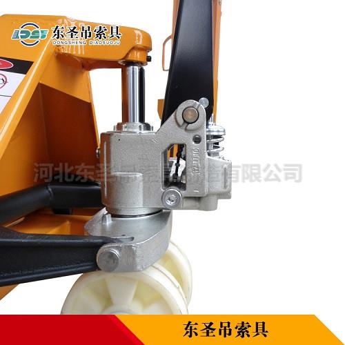 手动升高叉车液压缸整体部位细节展示--河北东圣吊索具制造有限公司--小型搅拌机|手动叉车|液压堆高车|手动叉车