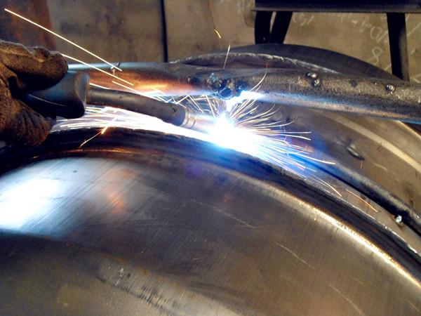 小型食品搅拌机焊接作业现场--河北东圣吊索具制造有限公司