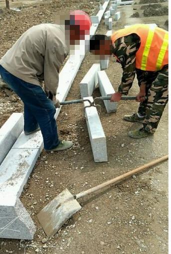 双人抬石材夹具使用现场--河北东圣吊索具制造有限公司--石材夹具|小型搅拌机|液压堆高车|手动叉车