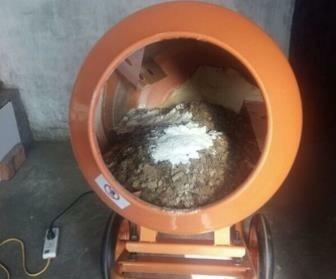 220v小型搅拌机搅拌干燥物料现场--河北东圣吊索具制造有限公司