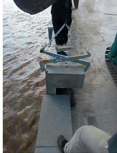 石材夹具沿海安装防护栏使用现场--河北东圣吊索具制造有限公司--石材夹具