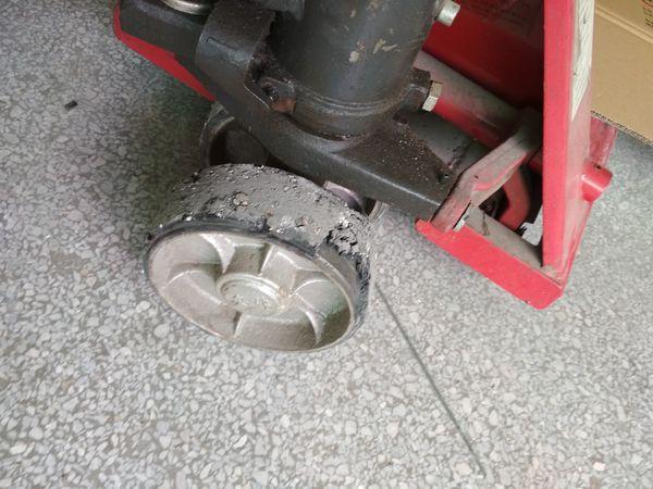 1吨手动叉车车轮组过早损坏情况拍照--河北东圣吊索具制造有限公司--手动叉车