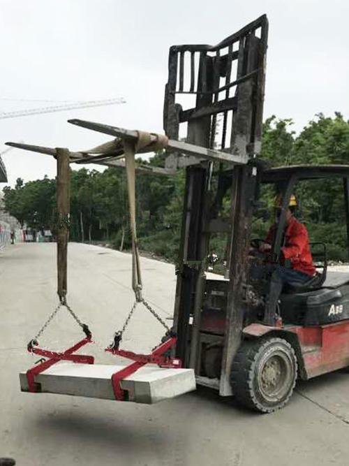液压堆高车和吊装带石材夹具一起搬运石料--河北东圣吊索具制造有限公司