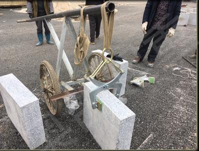 1吨起重吊装带与石材吊夹配合使用吊装石材使用现场--河北东圣吊索具制造有限公司--吊装带
