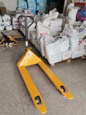 手动地牛叉车搬运吊装带原料作业现场--河北东圣吊索具制造有限公司--手动叉车|液压堆高车|石材夹具|小型搅拌机